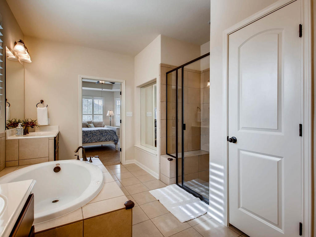 3920 Vinalopo Drive Austin Tx Mls Size 019 20 Master Bathroom 1024x768 72dpi The Scheffe Group